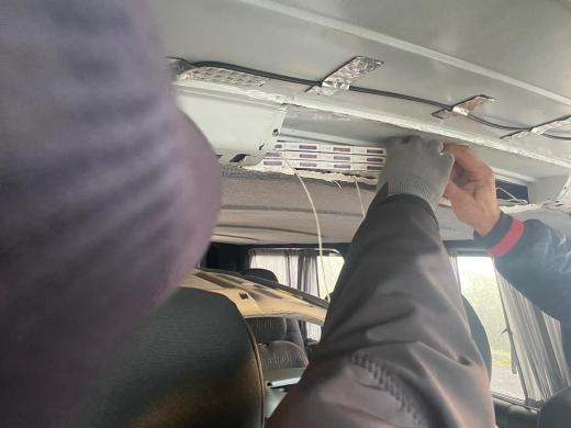 Закарпатські прикордонники виявили під обшивкою стелі мікроавтобуса 1600 пачок цигарок