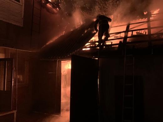 В Хусті вогонь з літньої кухні перекинувся на 2-поверховий житловий будинок