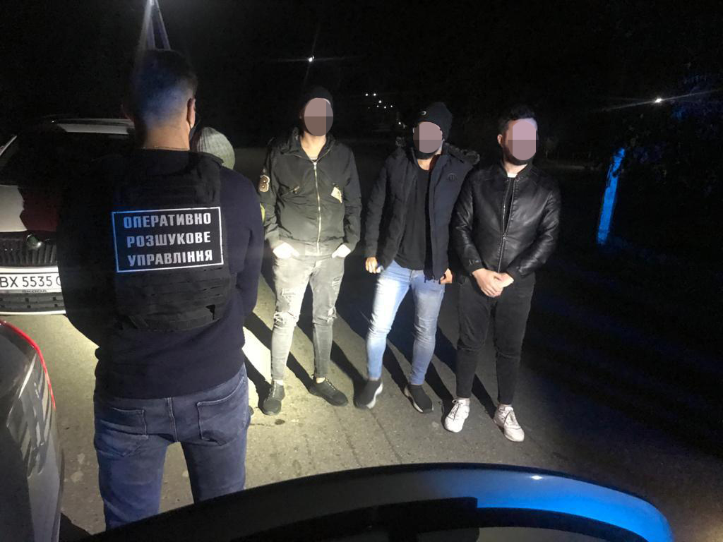 За 500 м від кордону на Закарпатті зупинили авто, в якому перевозили 4 нелегалів із Іраку (ВІДЕО)
