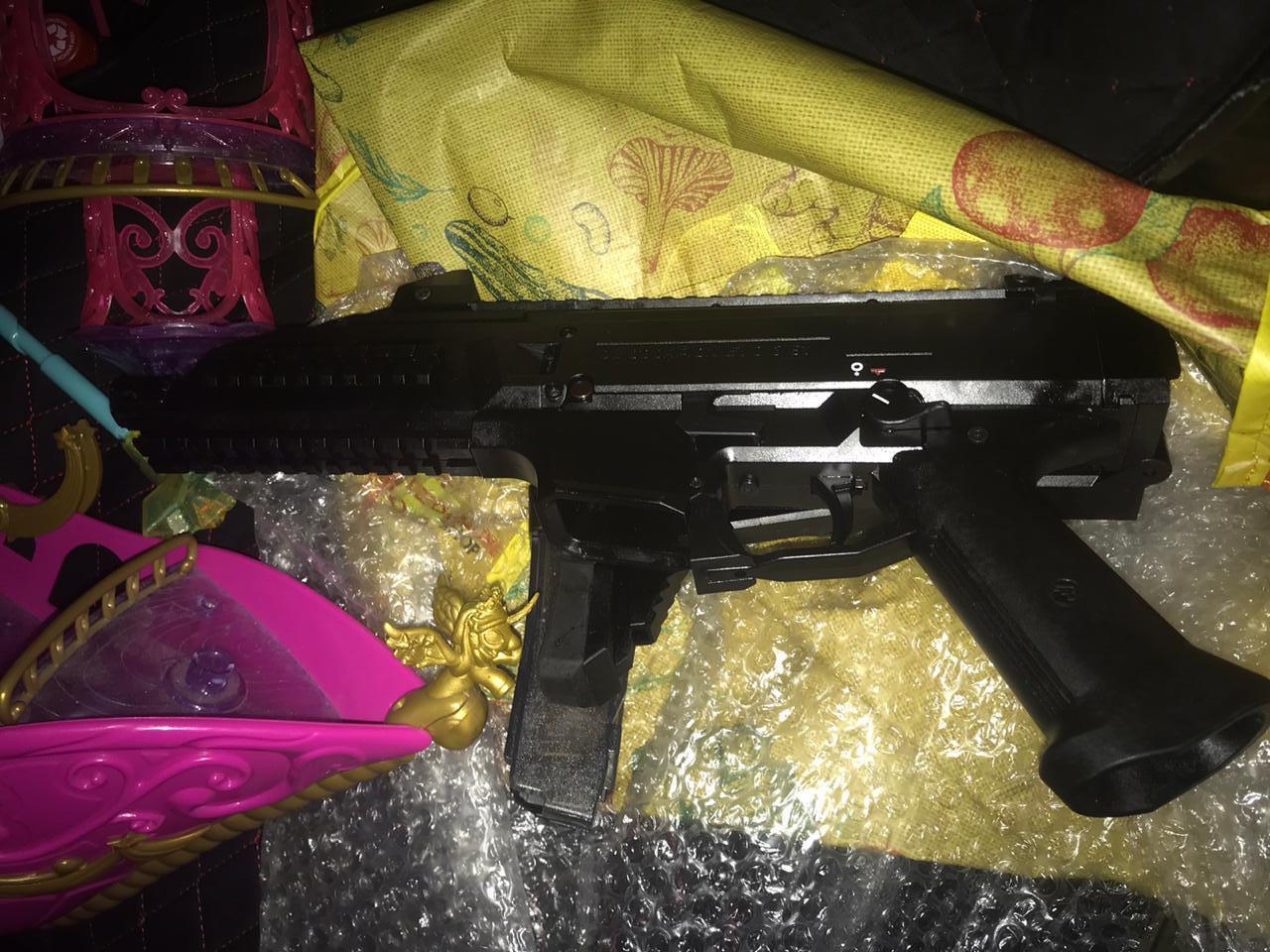 У багажі чеченця закарпатські прикордонники знайшли два пістолети-кулемети