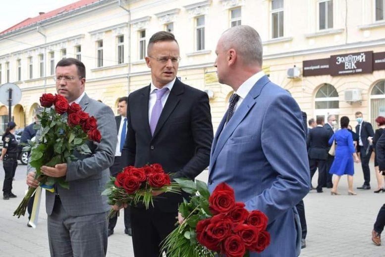 Олег Коцюба та Петер Сіярто поклали квіти до Скорботної стели у м.Берегово