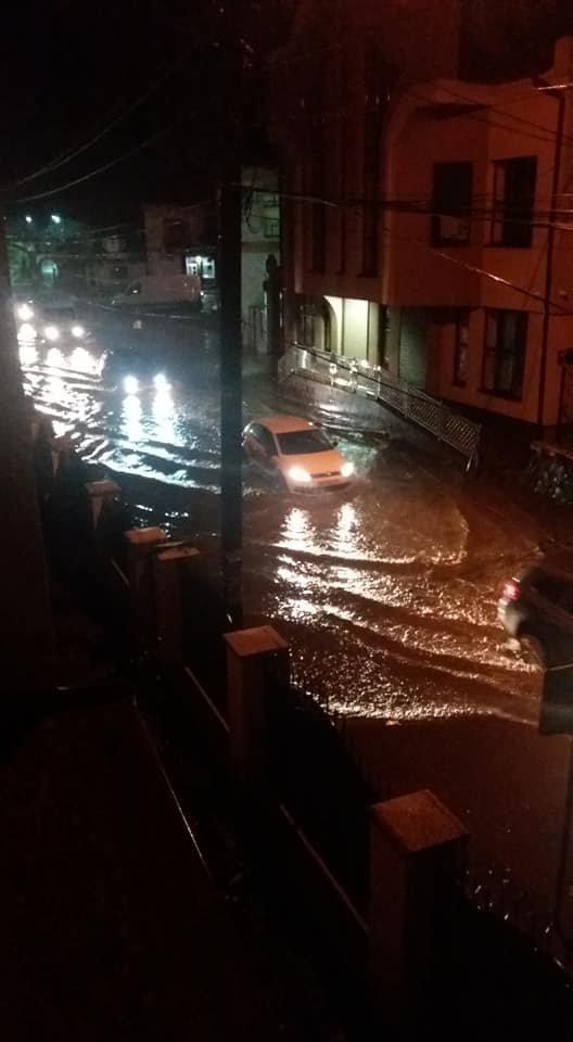 Після вчорашньої зливи Хустом плавали автомобілі (ФОТОФАКТ)