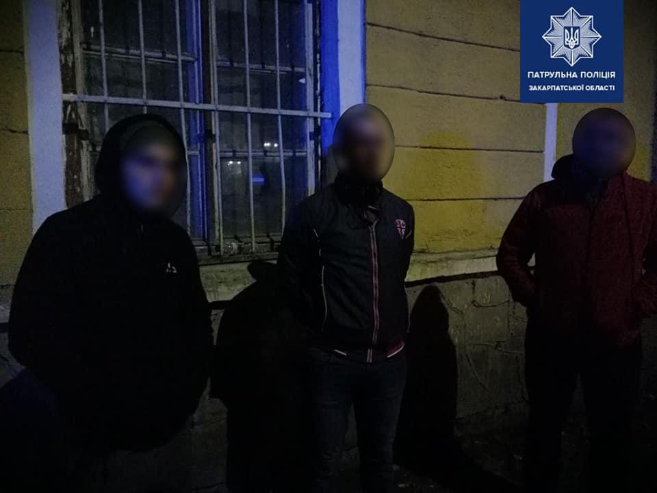 Посеред ночі в Ужгороді молодики у масках чіплялися до перехожих і погрожували ножем