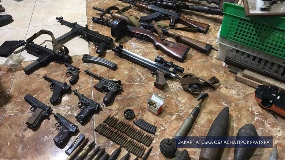 Мешканець Ужгорода незаконно утримував дівчину та знущався з неї, а в його будинку виявили цілий арсенал зброї