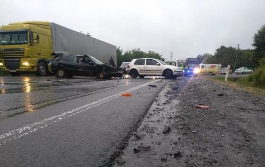 На в'їзді до Мукачева зіткнулися три авто – один водій в реанімації