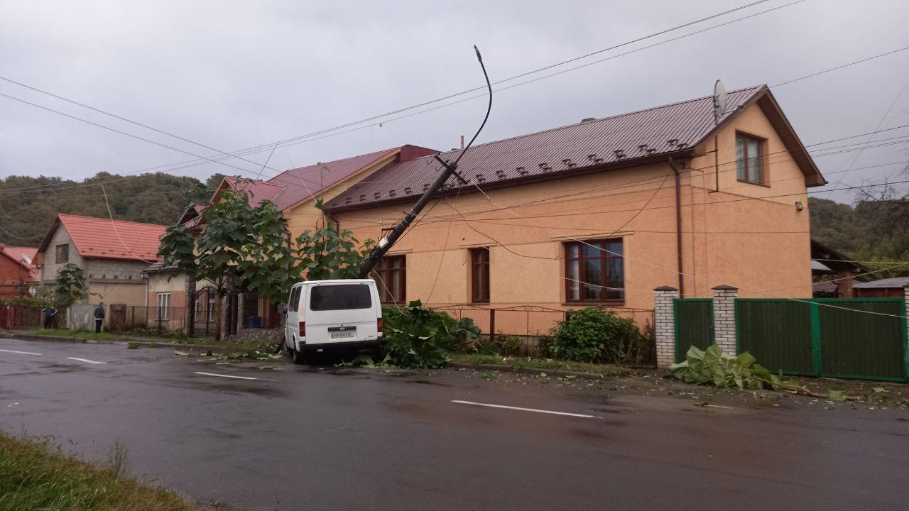 В Мукачеві мікроавтобус зніс електроопору