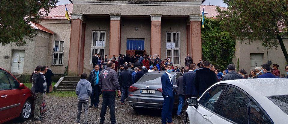 У селі на Закарпатті до двох виборчих дільниць підвозять ромів