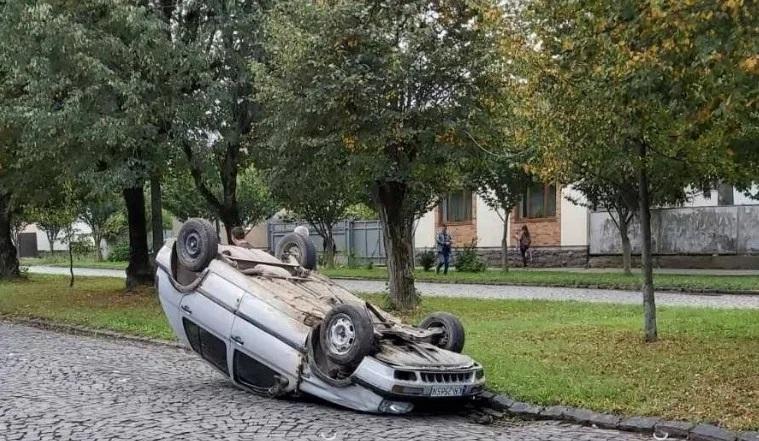 В Мукачеві автівка перекинулась на дах