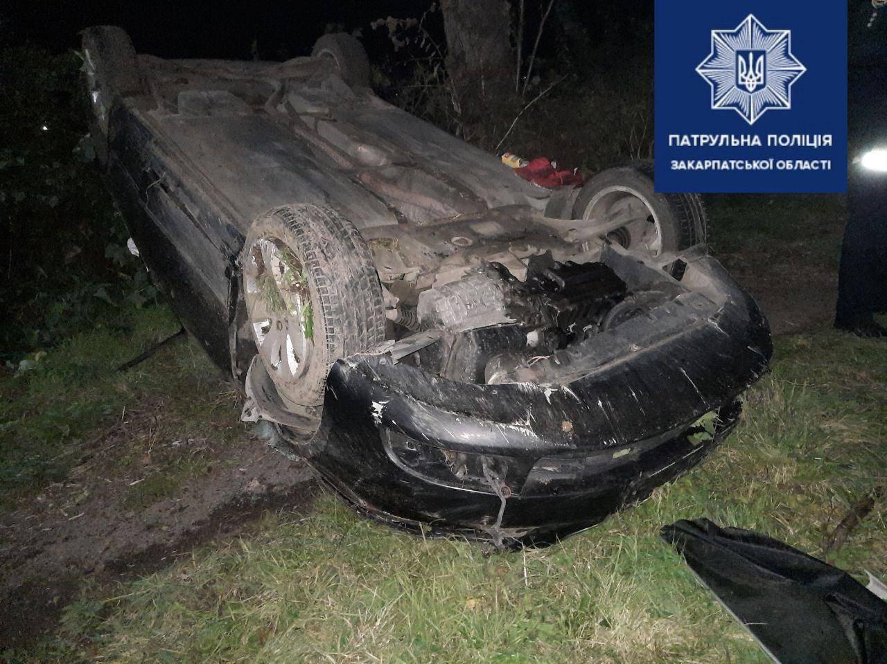 На Закарпатті водійка не впоралась з кермуванням і її авто перекинулось на дах – один з пасажирів у реанімації