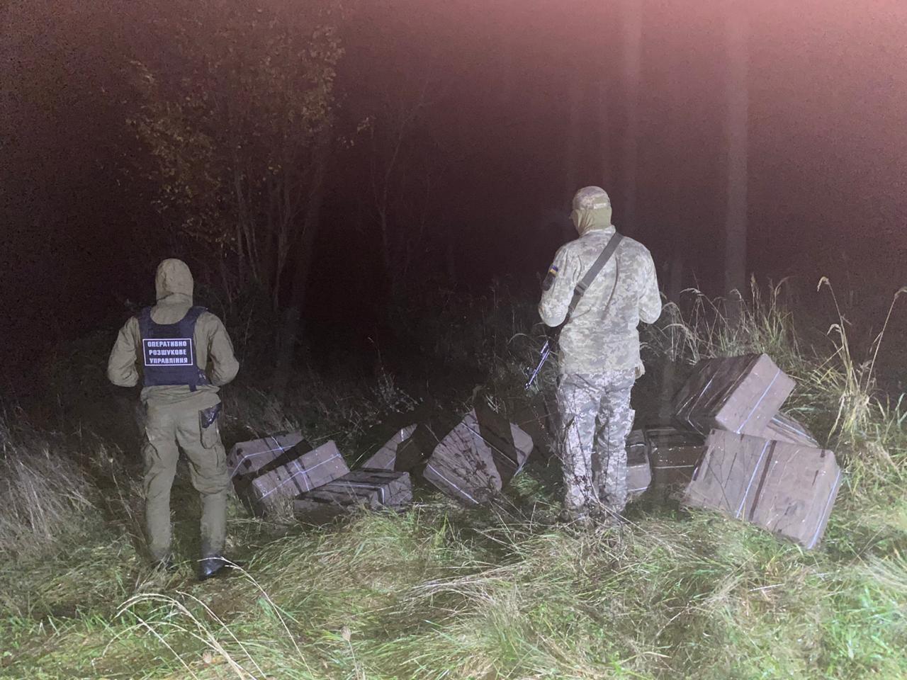 На Закарпатті двоє контрабандистів намагалися переправити через кордон 6 тис пачок сигарет