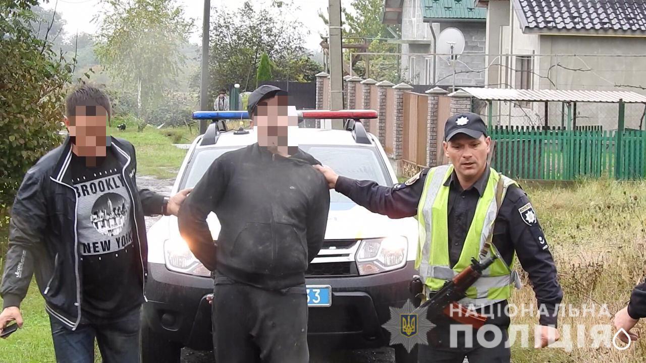 Поліція затримала озброєного зловмисника та його спільника, які скоїли напад на будинок закарпатця