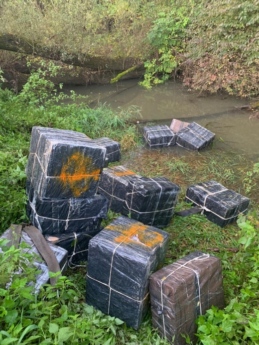 На Закарпатті контрабандисти втікаючи від прикордонників, покинули 9 ящиків з контрабандним тютюном