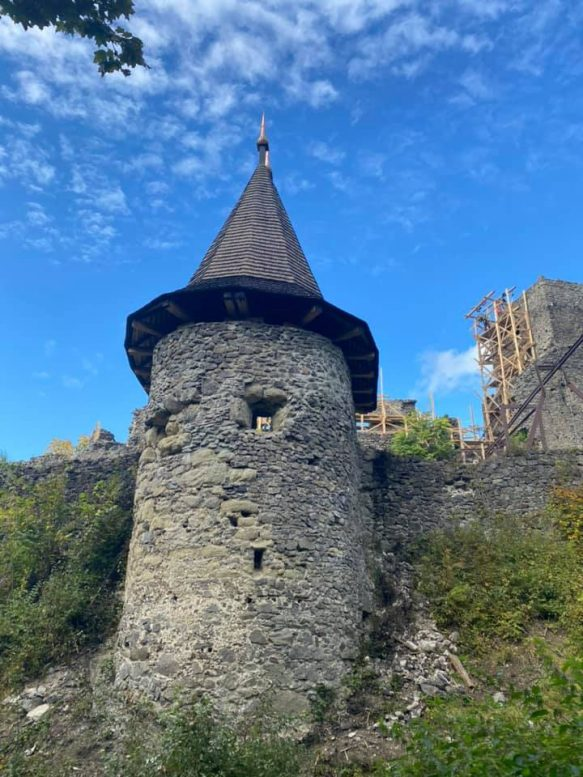 Завдяки тисячам волонтерів Невицький замок реставрують (ВІДЕО)