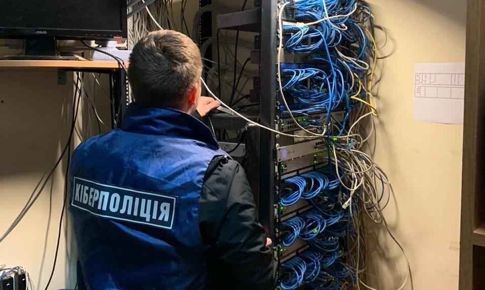 Закарпатська кіберполіція викрила групу зловмисників, що незаконно надавали доступ до закодованих та заборонених в Україні телеканалів