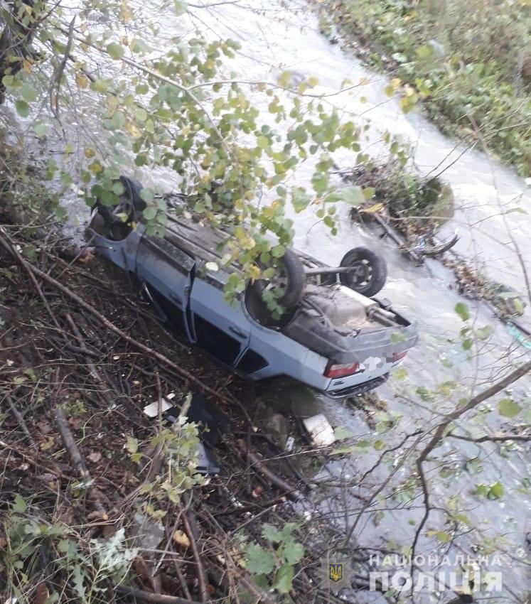 Автомобіль, за кермом якого перебував нетверезий закарпатець, перекинувся у річку