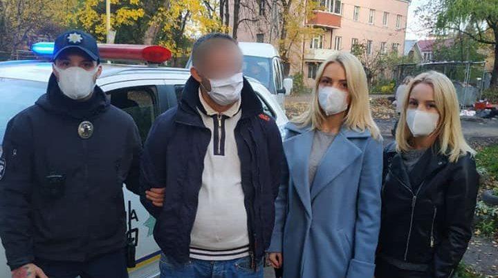 Попри свій вихідний ужгородські дівчата-патрульні допомогли розкрити грабіж дідуся
