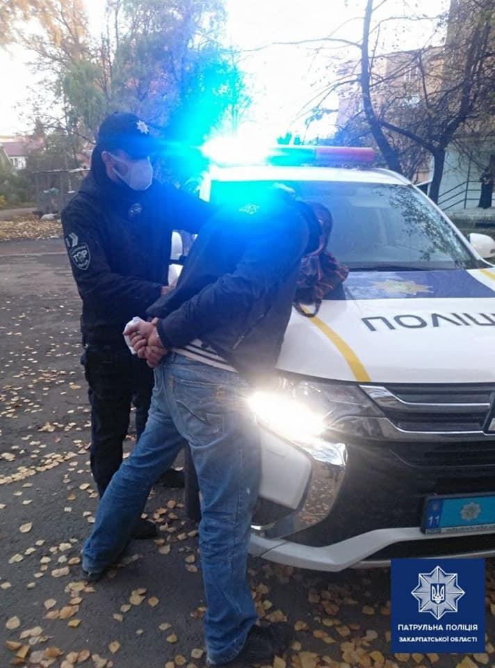 Мешканцю Ужгорода, який на вулиці пограбував пенсіонера, повідомлено про підозру