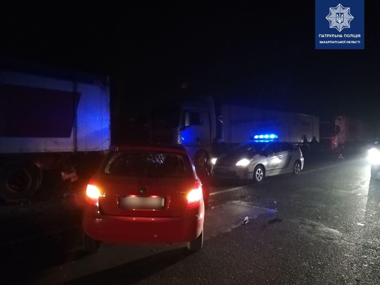 В Ужгороді на об'їзній дорозі нетверезий водій врізався у припарковану вантажівку