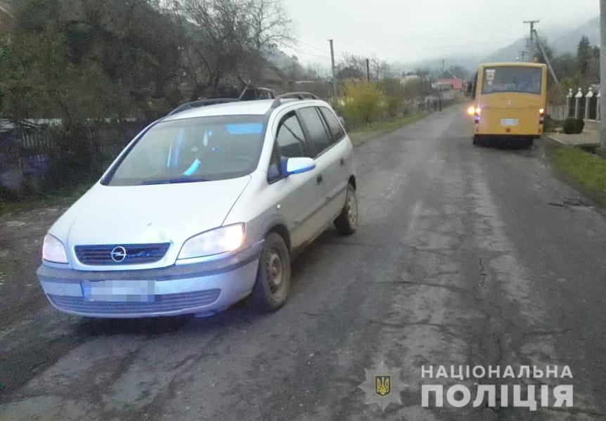 На Хустшині водій за кермом Opel збив 9-річного школяра