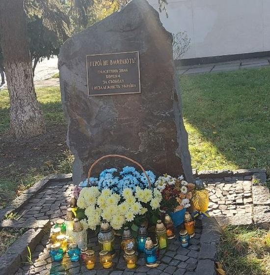 У День Гідності та Свободи небайдужа громадськість міста Ужгород вшанували пам'ять загиблих українців