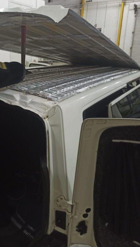 У даху мікроавтобуса закарпатські прикордонники знайшли приховані сигарети
