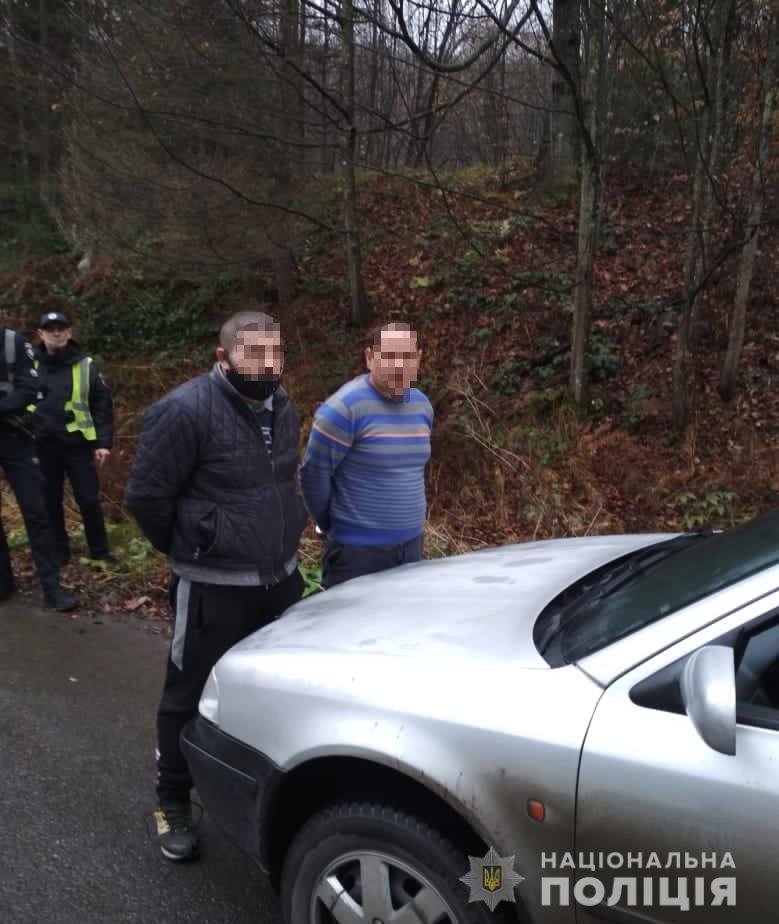 Правоохоронці затримали двох ужгородців, які пограбували пасажира дорогою до Львова