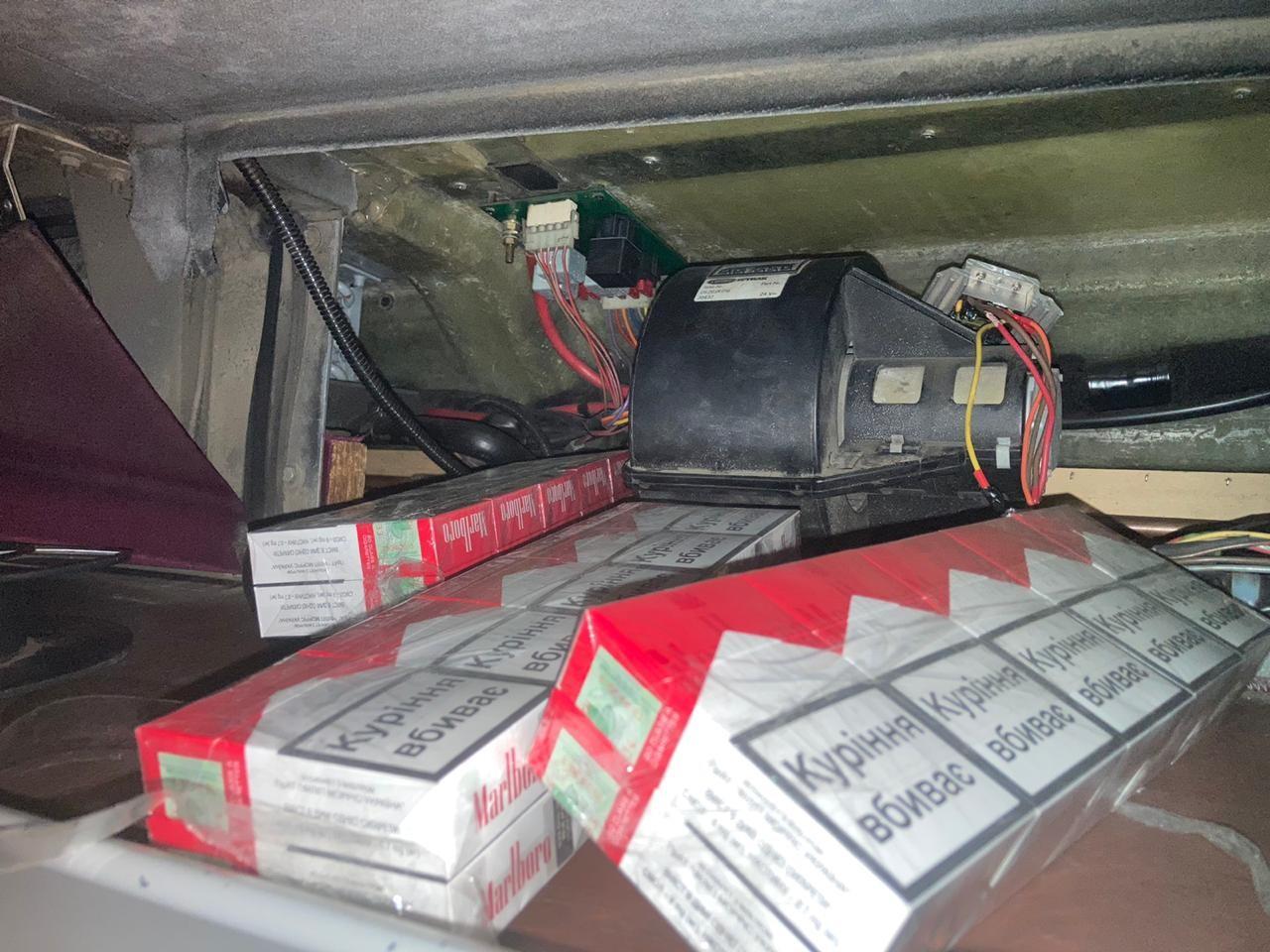Закарпатські прикордонники знайшли приховані сигарети у порожнинах рейсового автобуса
