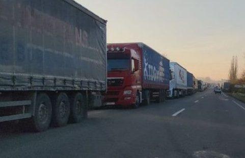 """Перед пунктом пропуску """"Ужгород — Вишнє-Нємецьке"""" стоїть  510 вантажівок"""