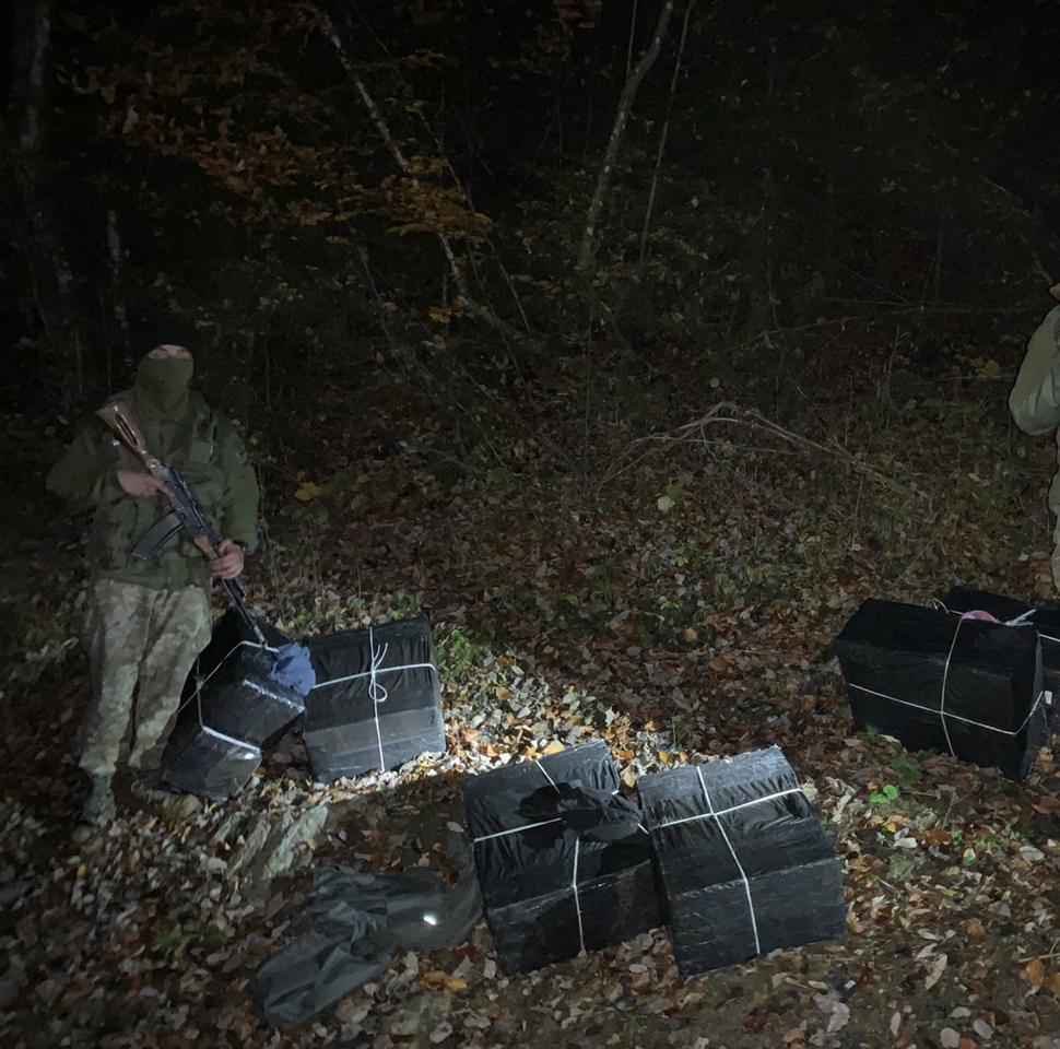 Поблизу кордону з Румунією закарпатські прикордонники виявили 6 пакунків контрабандних сигарет