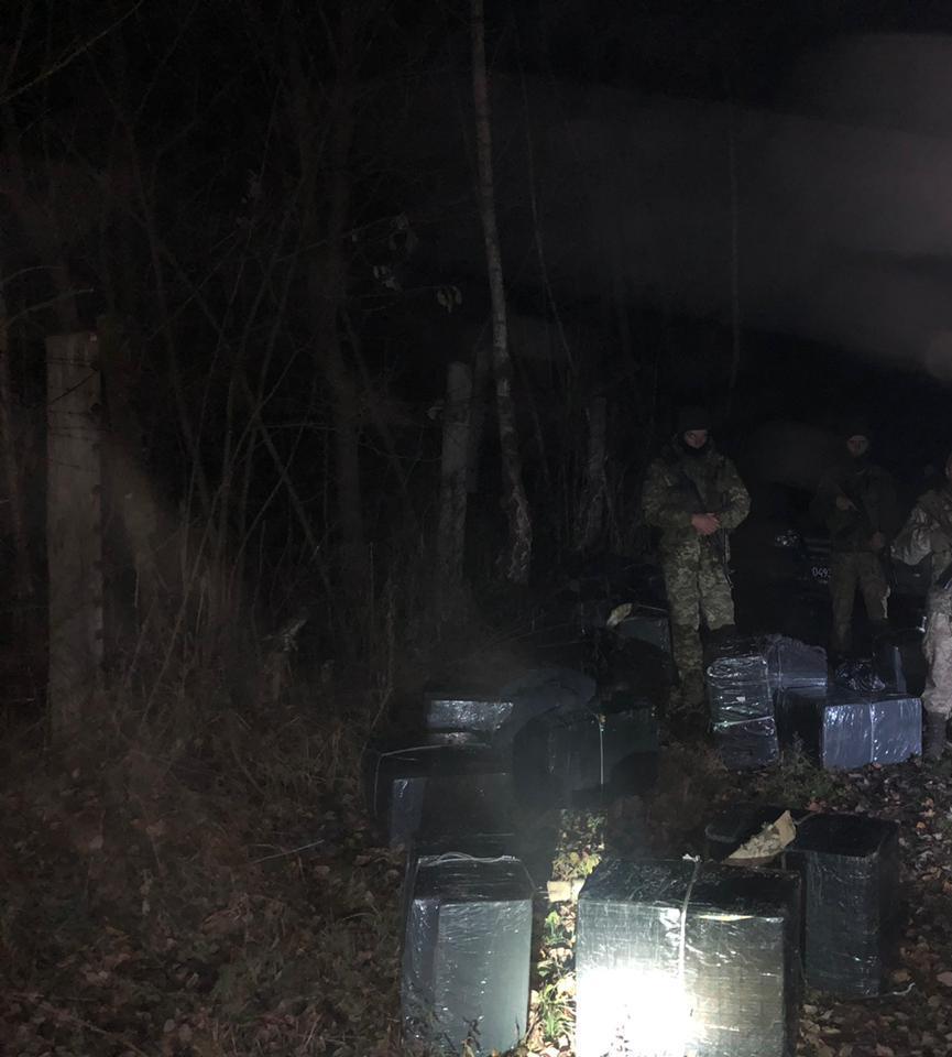 Закарпатські прикордонники затримали одного із групи контрабандистів, які несли 15 ящиків з цигарками