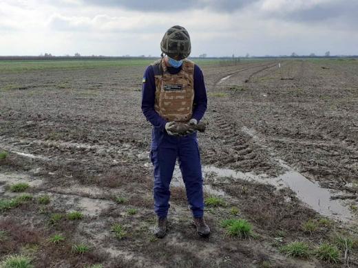 Закарпатець знайшов на своєму полі вибухонебезпечний предмет