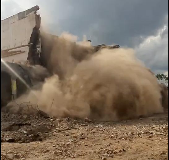 """В мережі опублікували відео остаточного демонтажу зруйнованого кінотеатру """"Промінь"""" у Виноградові (відео)"""