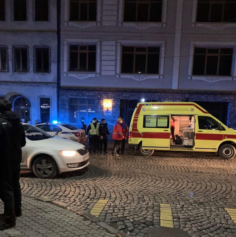 В Мукачеві небайдужі перехожі врятували хлопця, який намагався зістрибнути з мосту