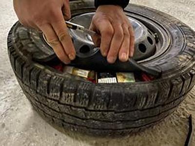 Закарпатські прикордонники знайшли приховані сигарети у запасному колесі мікроавтобуса