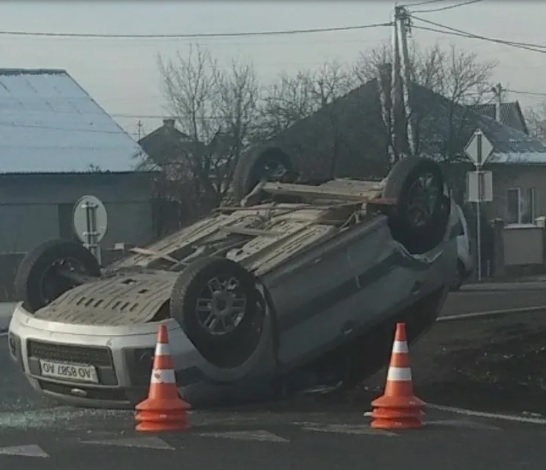 При в'їзді в Ужгород зіткнулися дві автівки – одна перекинулась на дах