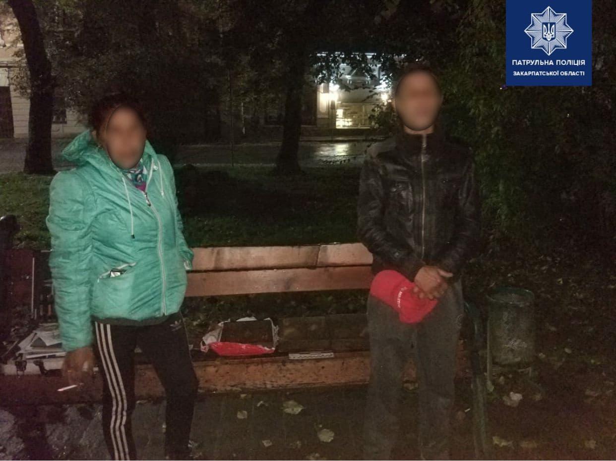 Ужгородські патрульні затримали парочку, що крала каналізаційні решітки на Корзо