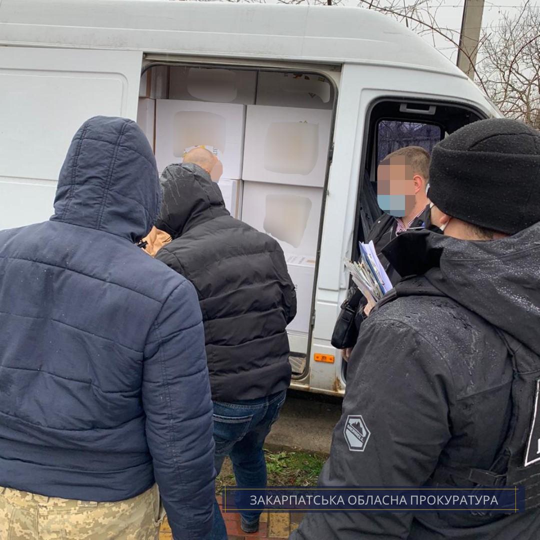 """Під час обшуку на Виноградівщині правоохоронці виявили 100 ящиків """"лівих"""" цигарок у мікроавтобусі"""