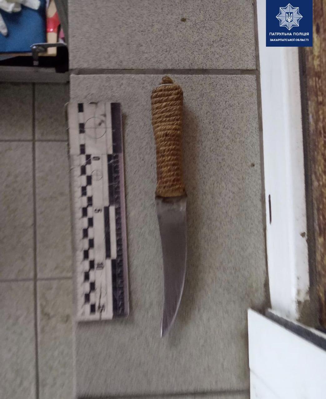 В Ужгороді неадекватний чоловік погрожував перехожим ножем