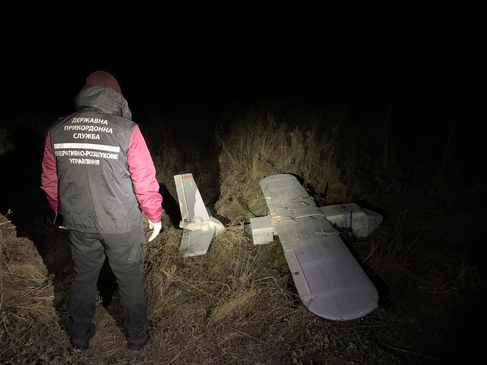 Під час запуску безпілотника з цигарками на околиці Чопа затримали чотирьох контрабандистів