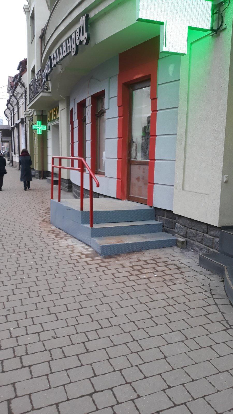 Незаконно встановлені сходи біля аптеки на Капушанській в Ужгороді мають демонтувати