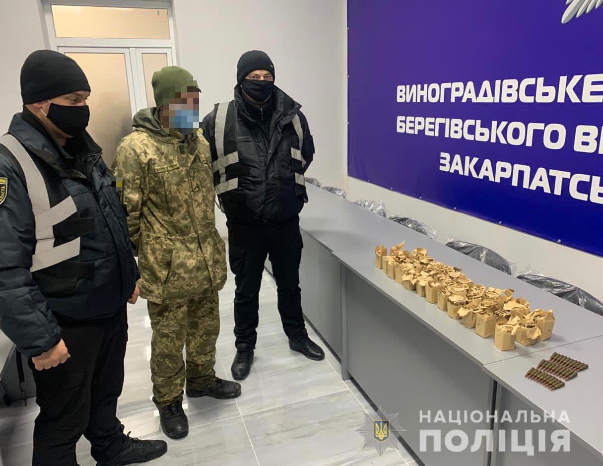Правоохоронці вилучили у чоловіка з Виноградівщини ящик набоїв, що був закопаний на городі