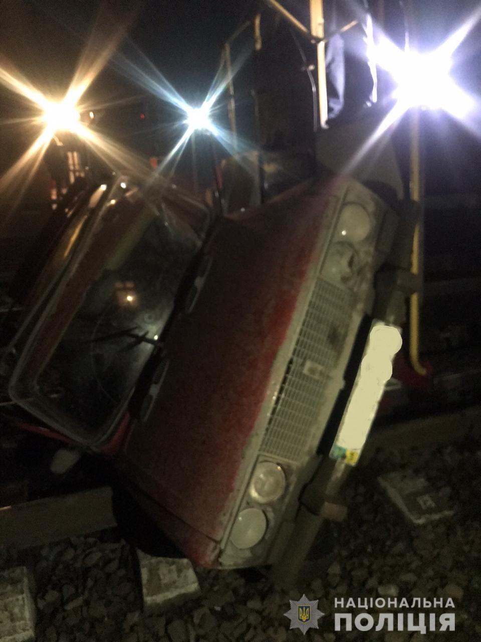 На Виноградівщині водій намагався переїхати колію перед тепловозом