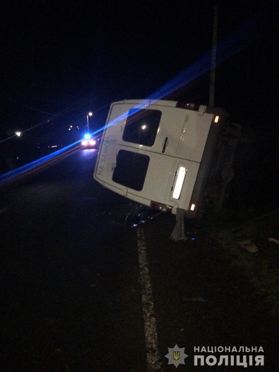 На Воловеччині мікроавтобус з пасажирами врізався у легковик – один із водіїв загинув