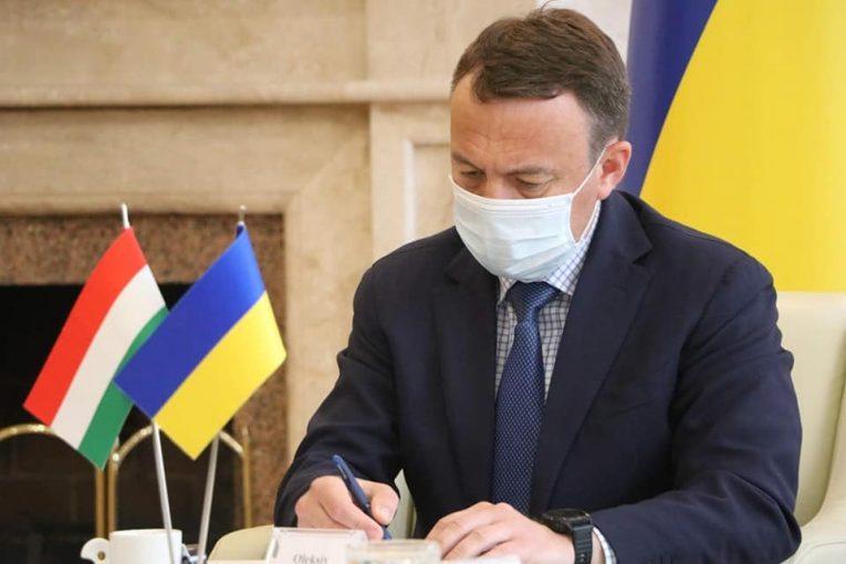 Олексій Петров прокоментував слідчі дії щодо угорських фондів на Закарпатті українською та угорською мовами