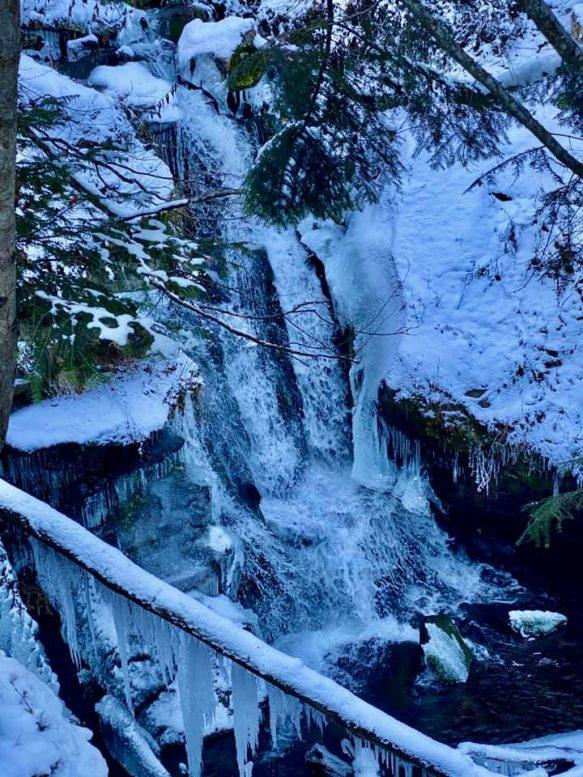 Як виглядає зимовий водоспад Воєводино в урочищі Шипот (відео)