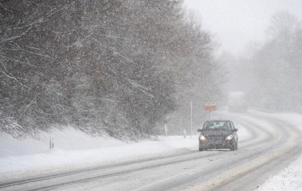 Через снігові опади та ожеледицю на Закарпатті оголосили штормове попередження