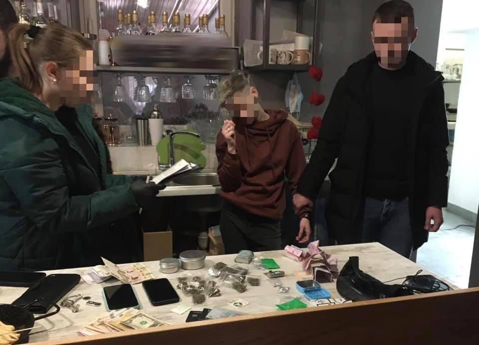В кафе на Ужгородщині затримали торговку наркотиками