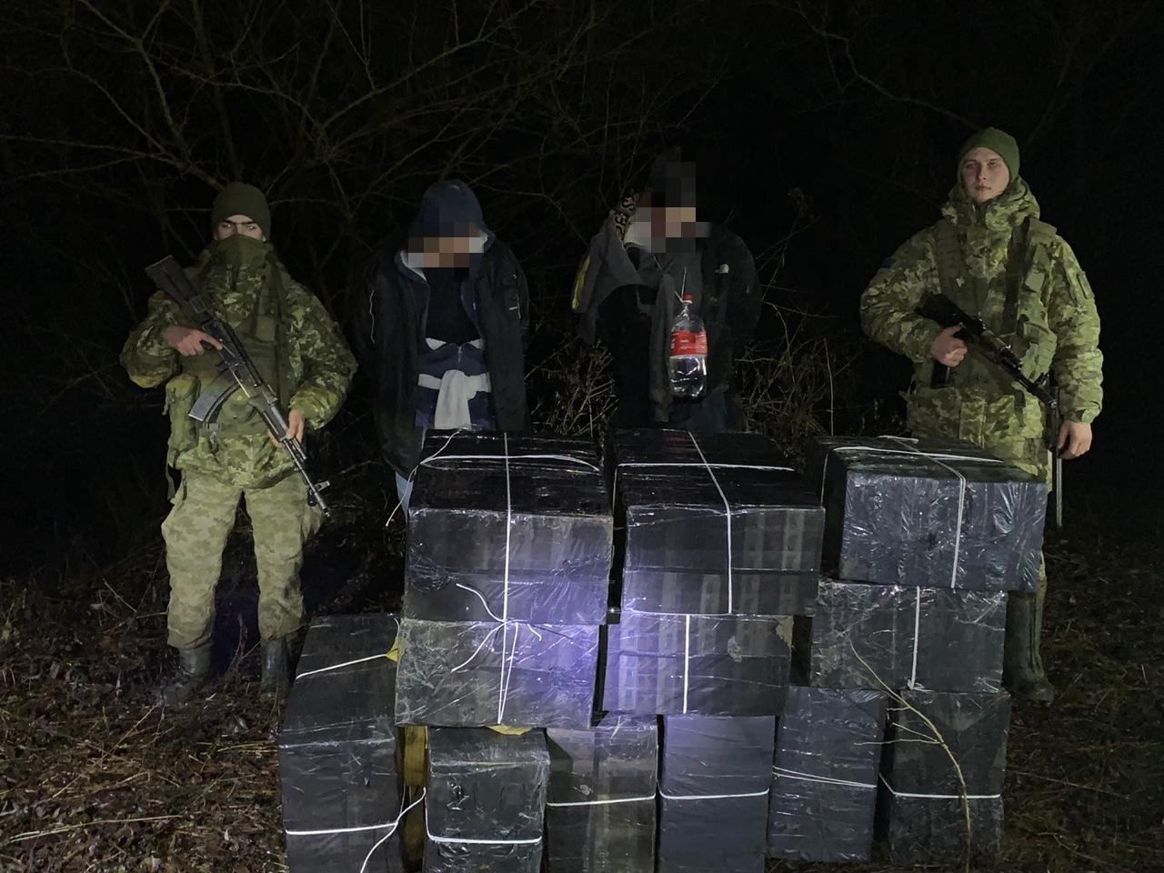 На Закарпатті прикордонники завадили контрабандистам переправити до Угорщини 19 ящиків цигарок