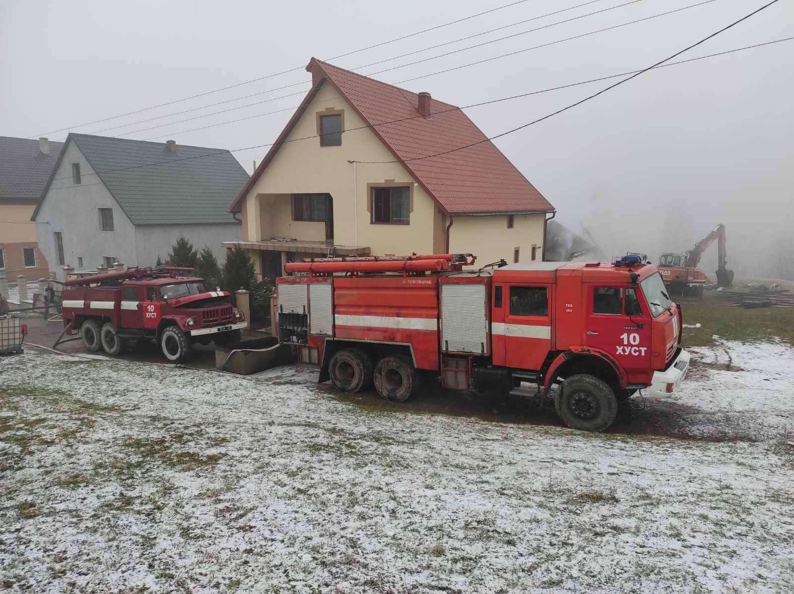 У Хустському районі пожежа ледь не знищила два обійстя