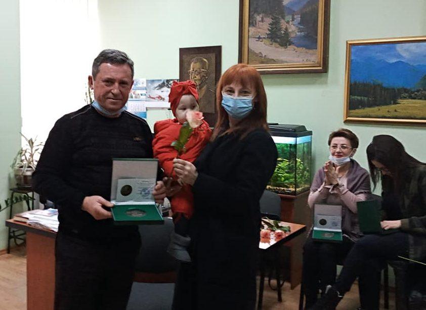 Закарпатська обласна лікарня відзначила волонтерів краю медаллю імені Андрія Новака